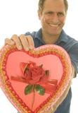 Homem da Idade Média da caixa dos doces do Valentim do foco seletivo Imagens de Stock