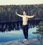 Homem da Idade Média que faz a ioga do esporte na parte superior da montanha, vida Fotos de Stock Royalty Free