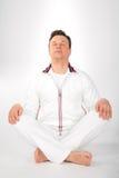 Homem da ioga no sportswear branco fotos de stock royalty free