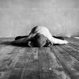 Homem da ioga que levanta no estúdio fotografia de stock royalty free