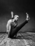 Homem da ioga que levanta no estúdio imagens de stock royalty free