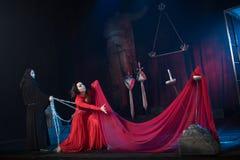 Homem da monge e beleza fêmea em um vestido vermelho Imagens de Stock Royalty Free