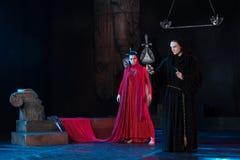 Homem da monge e beleza fêmea em um vestido vermelho Imagem de Stock