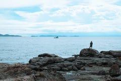 Homem da pesca no oceano azul | férias de verão exteriores Fotografia de Stock