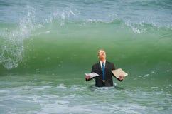 Homem da pressão do negócio que obtém batido pela onda Foto de Stock