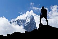 Homem da silhueta do caminhante nas montanhas Fotos de Stock Royalty Free
