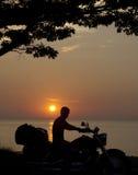 homem da silhueta na motocicleta fotografia de stock