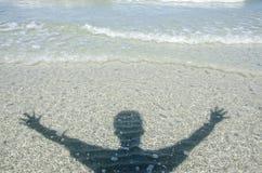 Homem da sombra na praia Imagens de Stock