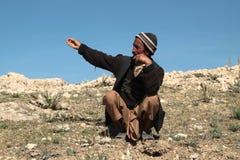 Homem da vila que olha mostrando ao seu o campo em Afeganistão do norte foto de stock