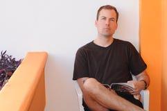 Homem das pessoas de 30 anos fora da leitura Imagem de Stock