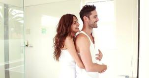Homem de abraço da mulher feliz de trás no banheiro filme