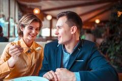 Homem de alimentação da jovem mulher com uma colher foto de stock royalty free