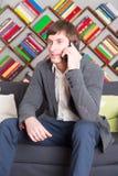 Homem de assento que fala no telefone Fotos de Stock Royalty Free