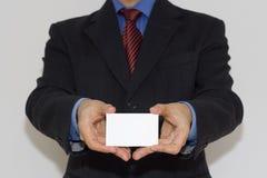 Homem de Bussiness que prende um cartão imagem de stock royalty free