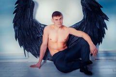 Homem de Cthe com asas do anjo Fotos de Stock Royalty Free