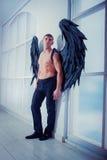 Homem de Cthe com asas do anjo Foto de Stock