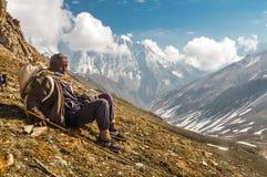 Homem de descanso em Nepal Fotografia de Stock