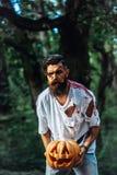 Homem de Dia das Bruxas com abóbora e sangue Fotos de Stock