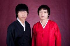 Homem de dois coreanos em um vestido tradicional fotos de stock