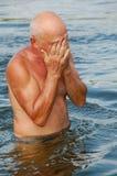 Homem de Eldery na água fotografia de stock