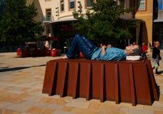 Homem de encontro da escultura, centro de cidade de Woking, Surrey Fotografia de Stock