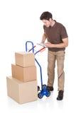 Homem de entrega com prancheta e caixas Imagens de Stock Royalty Free