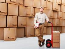 Homem de entrega de sorriso Fotografia de Stock