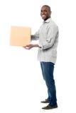 Homem de entrega envelhecido meio de sorriso Foto de Stock