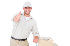 Homem de entrega que gesticula os polegares acima no fundo branco Foto de Stock