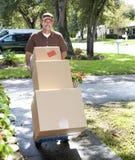 Homem de entrega que vem acima da caminhada Fotografia de Stock Royalty Free