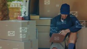 Homem de entrega de sorriso que conta pacotes video estoque