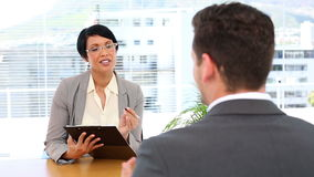 Homem de entrevista da mulher de negócios em sua mesa video estoque