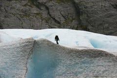 Homem de escalada Fotos de Stock