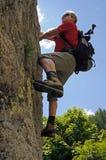 Homem de escalada Imagens de Stock