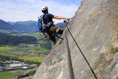 Homem de escalada do esporte fotografia de stock royalty free