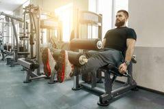 Homem de exercício farpado muscular atlético no gym moderno do esporte Aptidão, esporte, treinamento, conceito dos povos foto de stock royalty free