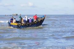 Homem de Fisher que trabalha no barco Imagem de Stock