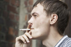 Homem de fumo Fotografia de Stock
