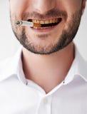 Homem de fumo com os dentes amarelos sujos Foto de Stock Royalty Free