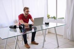 Homem de funcionamento em seu ambiente do escritório domiciliário Imagens de Stock Royalty Free