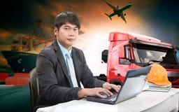 Homem de funcionamento em tudo em um transporte da exportação da importação logístico Imagens de Stock