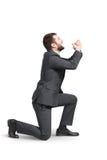 Homem de grito que está em um joelho imagem de stock