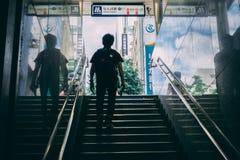 Homem de Japão que anda fora do estação de caminhos de ferro imagens de stock