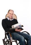 Homem de leitura Fotos de Stock Royalty Free