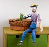 Homem de madeira pintado à mão com cacto Fotos de Stock Royalty Free