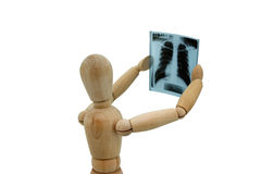 Homem de madeira que olha a imagem do raio X no backgro branco imagem de stock
