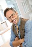 Homem de meia idade considerável no escritório imagens de stock