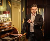 Homem de meia idade no interior luxuoso Imagem de Stock Royalty Free
