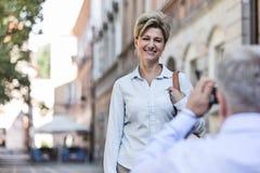 Homem de meia idade que toma a imagem da mulher na cidade Foto de Stock Royalty Free