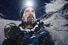 Homem de montanha da aventura fotografia de stock